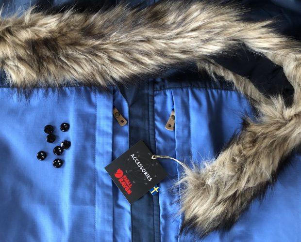Lag helårsjakke av sommerjakken. 7 knapper, nål, tråd og en fuskpels - og vips så har du en helårsjakke. Her er et eksempel med Fjellrevens Skogsøjakke.